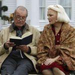 Coppia di anziani seduti su una panchina nel film Le pagine della nostra vita
